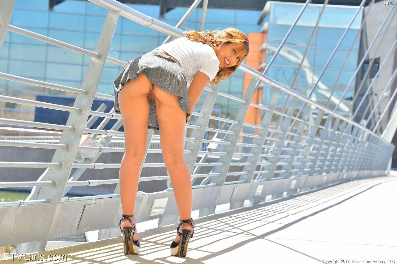 【ノーパンエロ画像】これが本当の「履いてない」異国のノーパン美女たち(;゚Д゚)