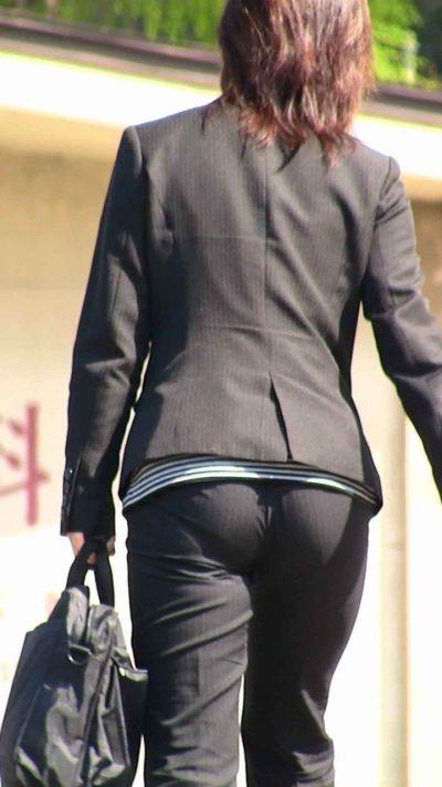 【着尻エロ画像】形クッキリしかもワレメまで…パンツスーツ女性の気になるお尻(;´Д`)
