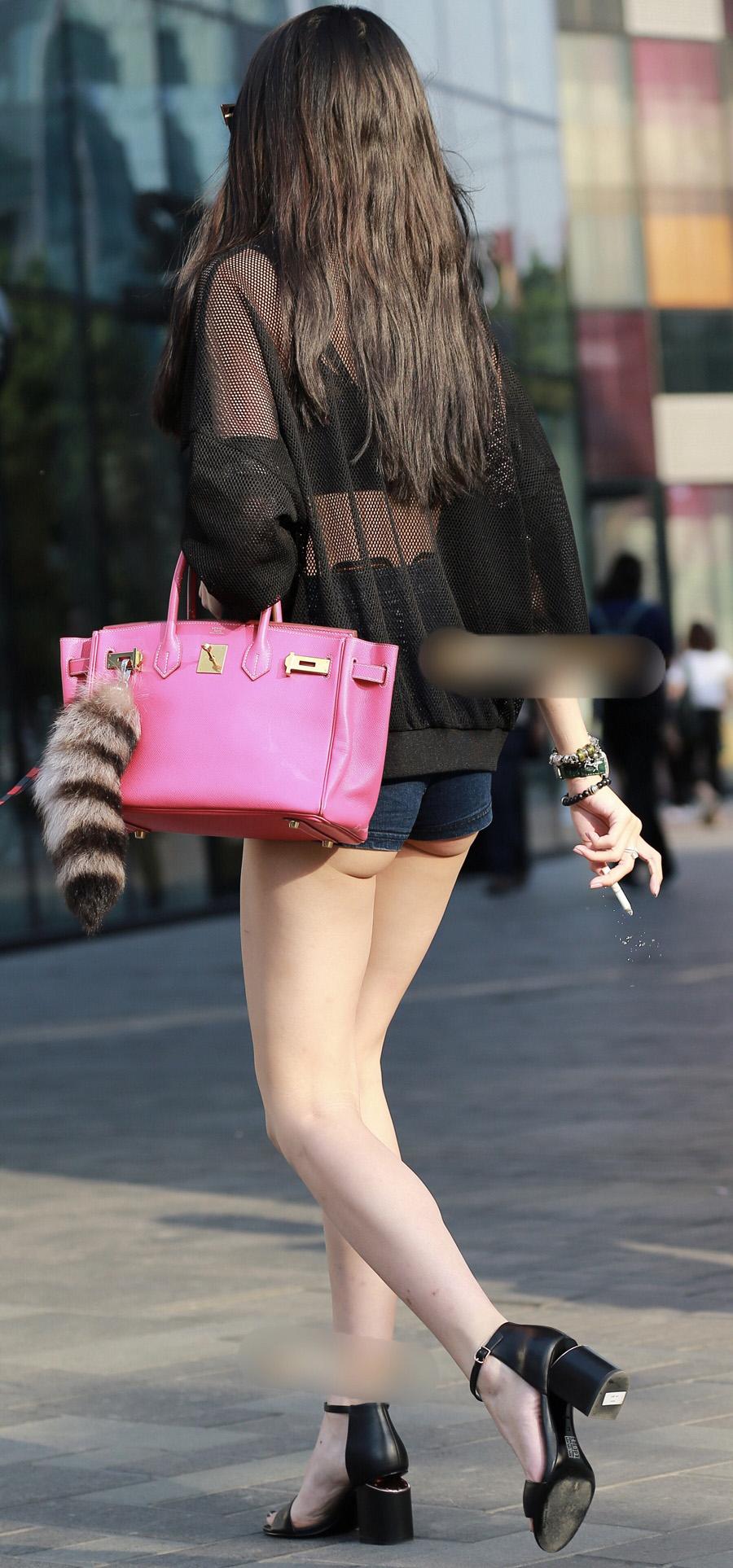 【ハミ尻エロ画像】真冬でもどこかには居る街角ホットパンツのハミ尻姿(;^ω^)