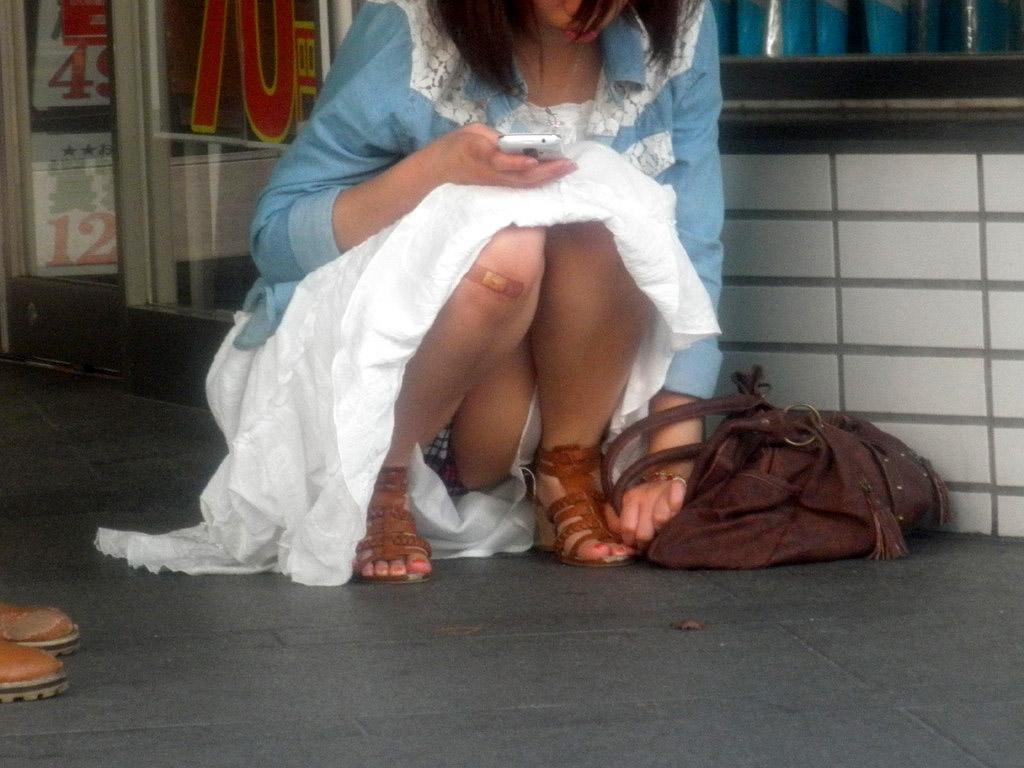 【パンチラエロ画像】見えっ放しのスカートの中をじっと覗いた座りチラ(;・∀・)