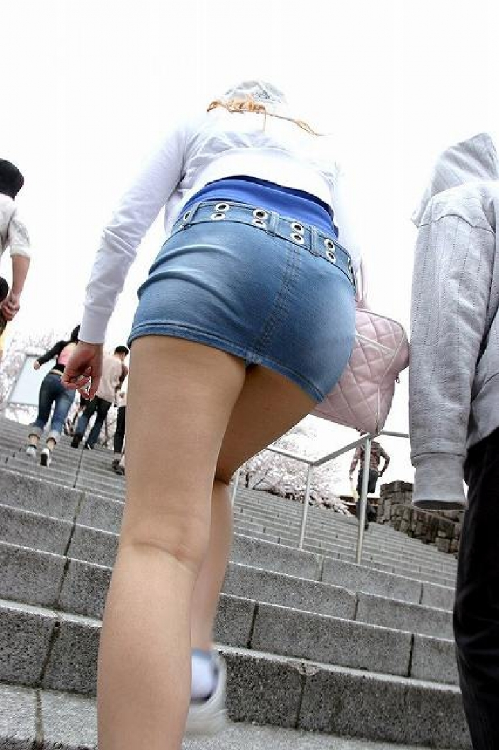 【パンチラエロ画像】斜め下からの見上げを制する!ローアングルパンチラ(;^ω^)