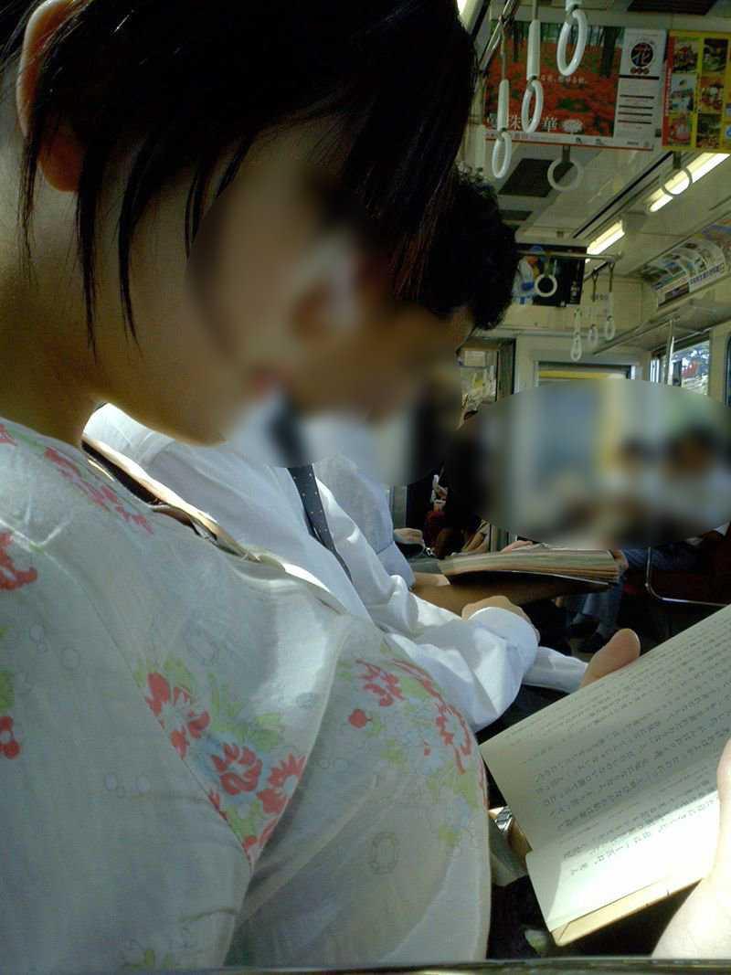 【着胸エロ画像】中身も知ってみたい…街中の見放題な乳袋撮り!(;゚Д゚)