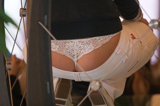 【ローライズエロ画像】上から見えてもパンチラw希少なローライズハミ出し女子!(;^ω^)