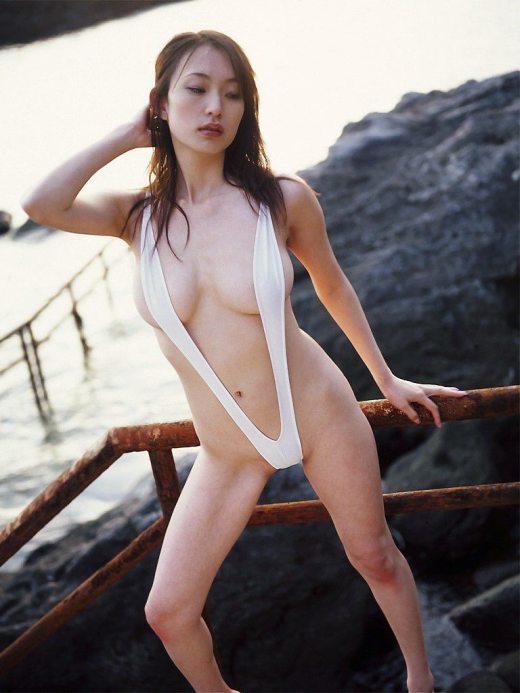 【スリングショットエロ画像】これは水着?もはや裸と言ってもいいスリングショットw