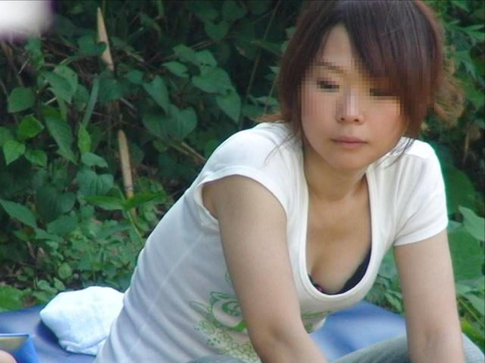 【胸チラエロ画像】コレも来春までお預けか…魅力的な開いた胸元からのチラ見え(;^ω^)