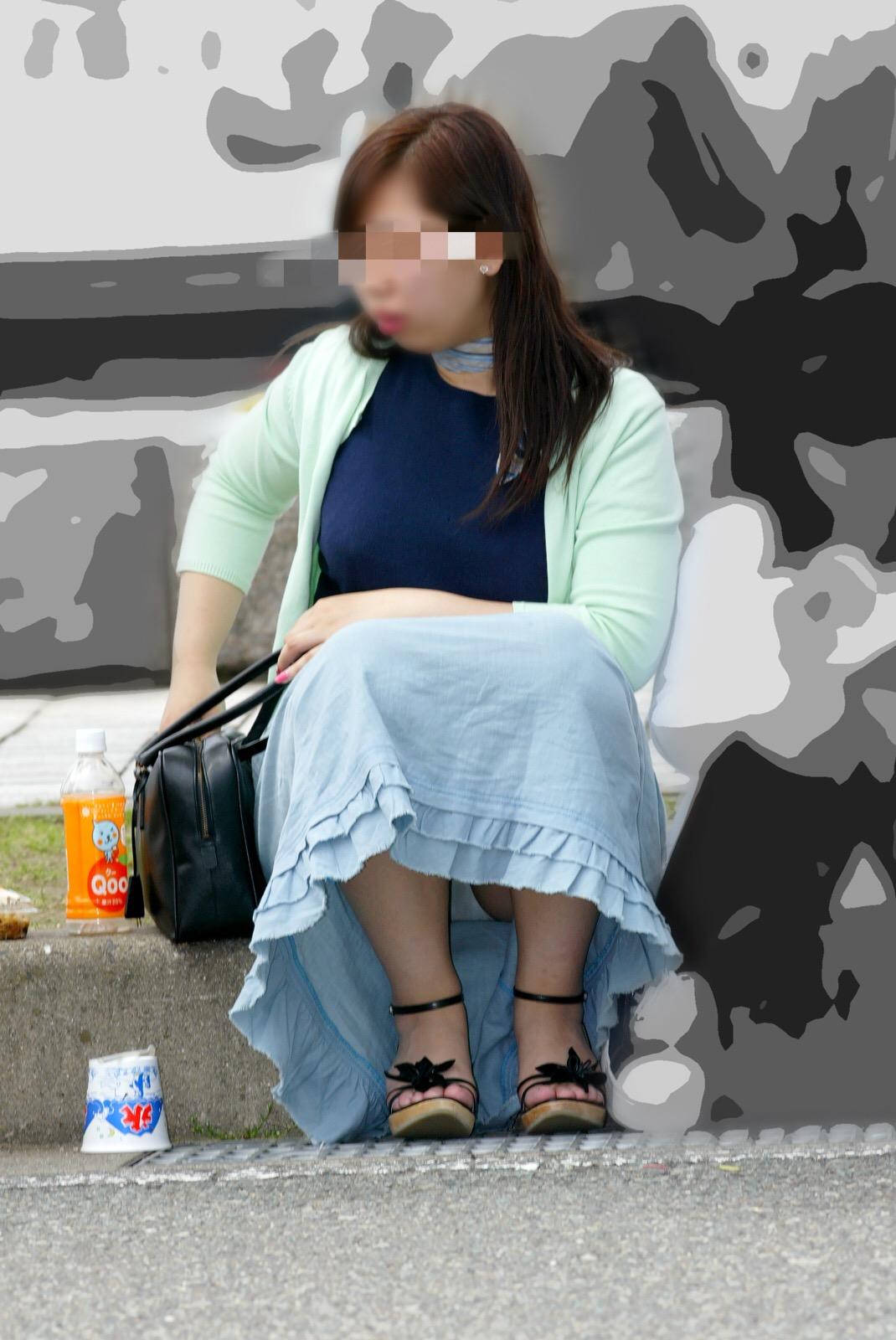【パンチラエロ画像】寒い日でもどこかで…陽気な日に遭遇したい座りチラ素人たち(;^ω^)
