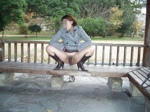 【露出エロ画像】たぶん懲りる日は遠いだろう…痴女でしかない露出マニア達(;゚Д゚)
