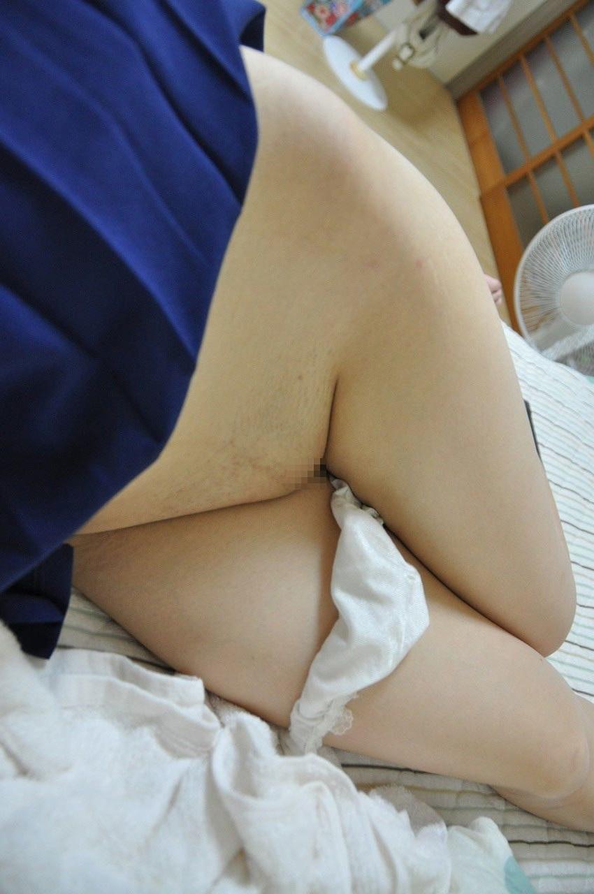 【パイパンエロ画像】素股させて下さい!ツルっとしてて光沢放つ無毛の股間(;^ω^)