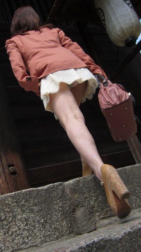 【パンチラエロ画像】ワンパターンでもパンツは偉大!ローアングルチラ覗き(;・∀・)