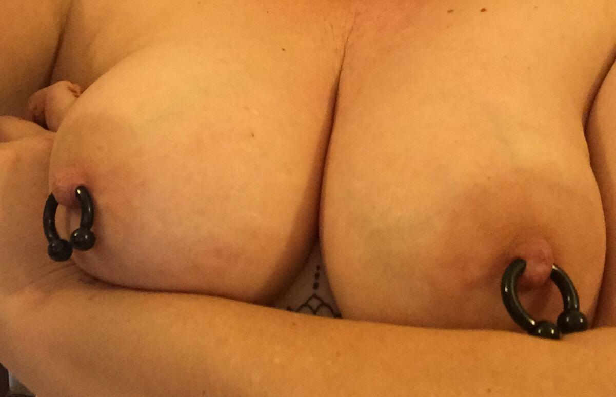 【乳頭エロ画像】勿体ない?でも陥没ならば仕方なしなピアス貫通&装着済の乳首(´ε`;)