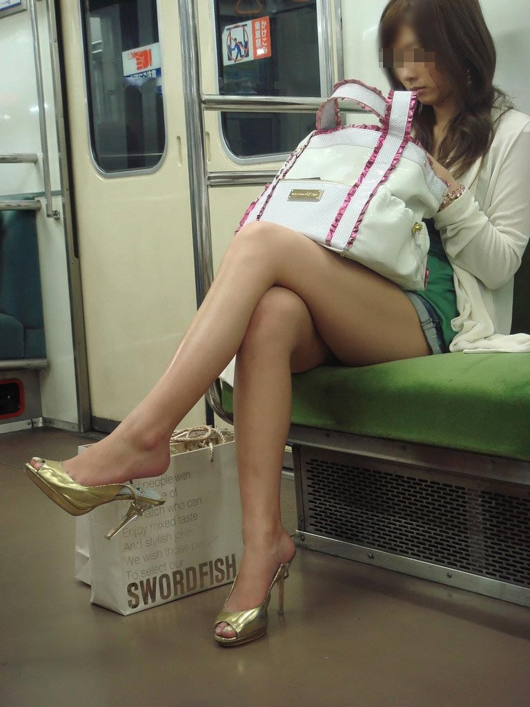 【太ももエロ画像】膝枕お願いします!頭預けたい座り状態のムチムチ太もも(;^ω^)