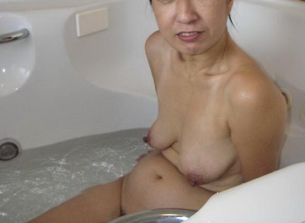 【乳エロ画像】脱がせてコレは辛いか…(´・ω・`)見るからに残念だけど天然な駄乳