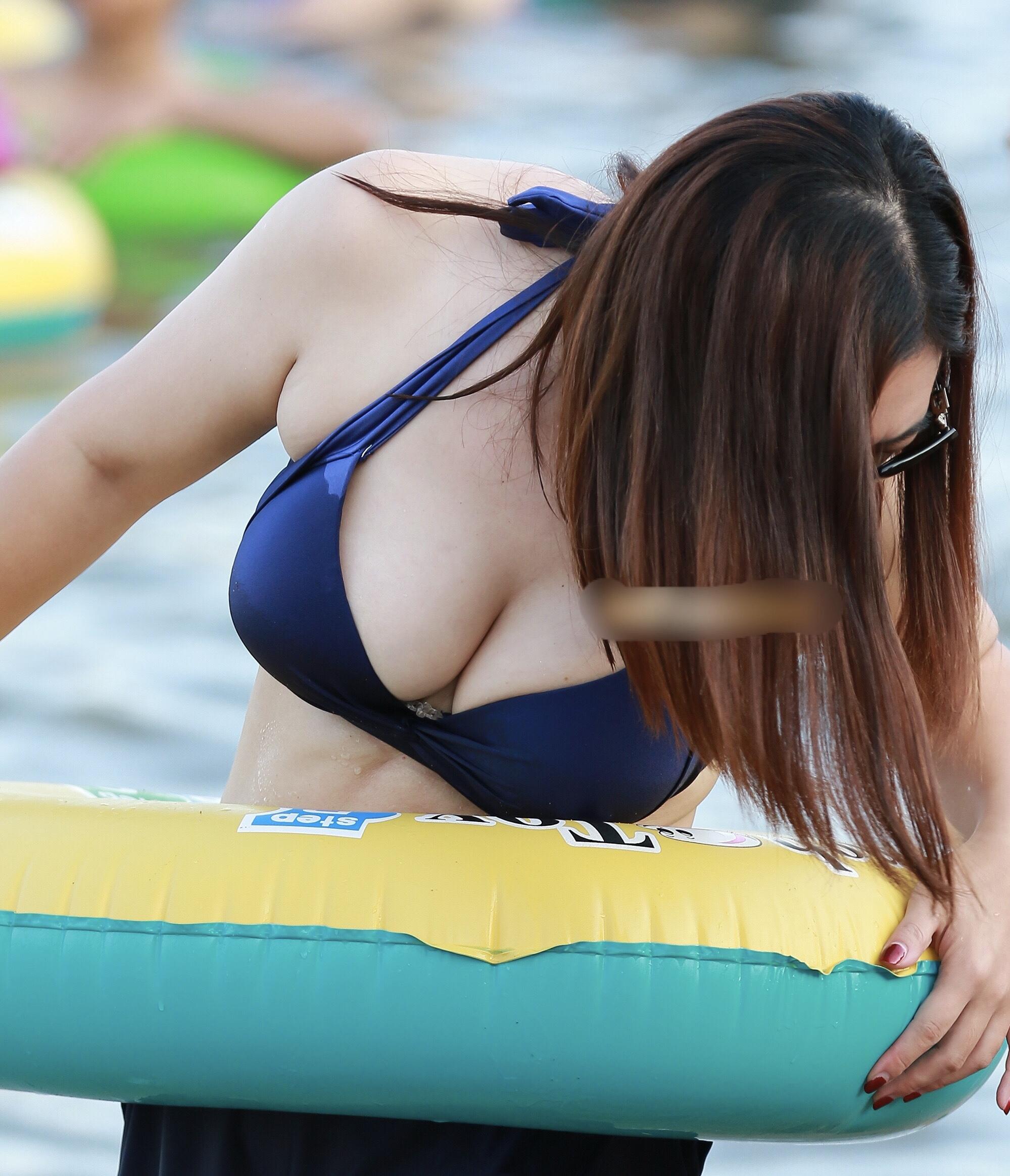 【水着エロ画像】発育よろしすぎること…たわわな乳のビキニギャル大集合!(;゚Д゚)