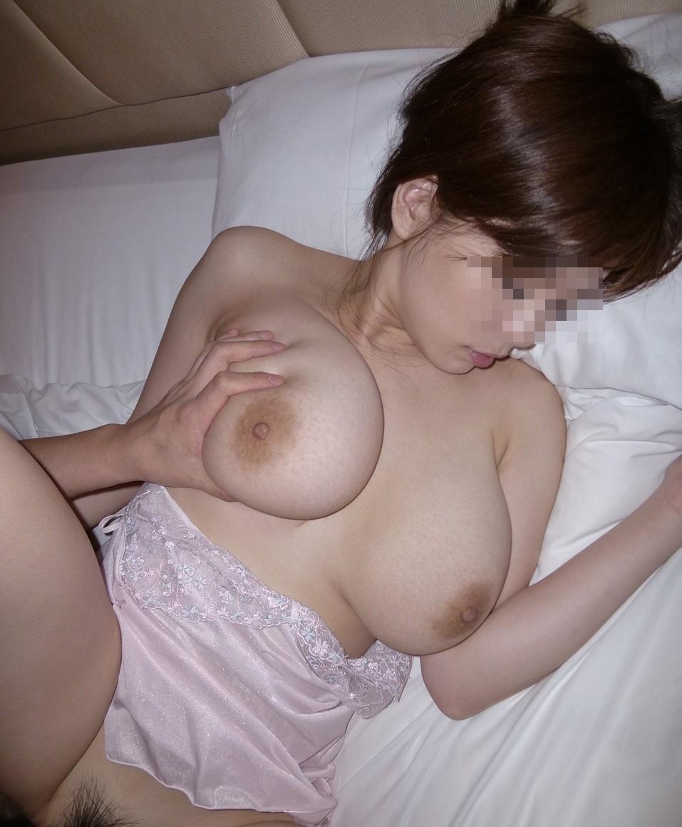 【性交エロ画像】喘ぎ顔も乳も結合部も全部見える王道の正常位セックス!(;^ω^)