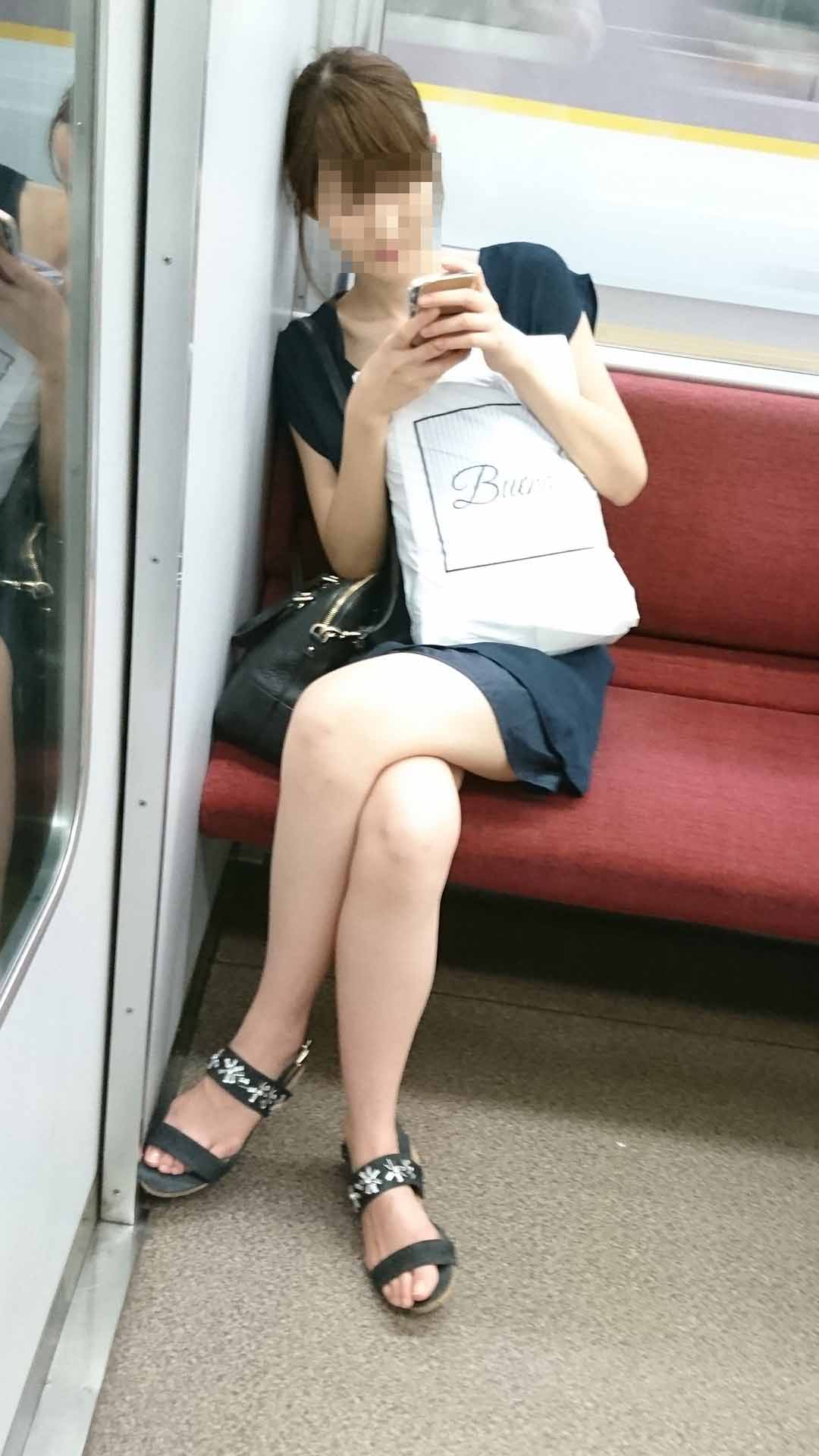 【美脚エロ画像】電車移動の時間を暇させない存在なムッチリ美脚の所有者たち!(;・∀・)