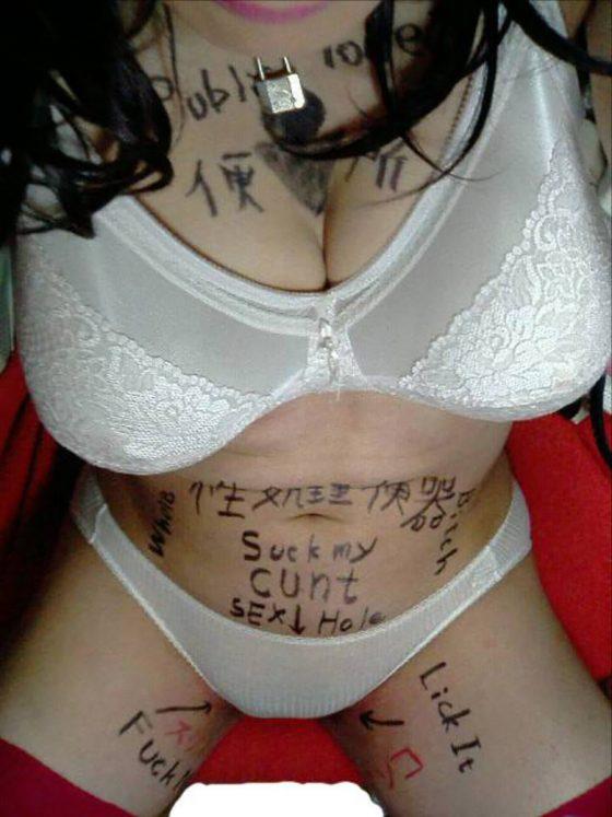 【SMエロ画像】ハメながらマジック片手にサラサラっと裸体に落書き!精神的ダメージは意外と(´Д`ノ)ノ