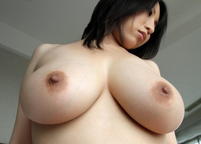 パイズリ達者な巨乳美女・星咲優菜のエロ画像