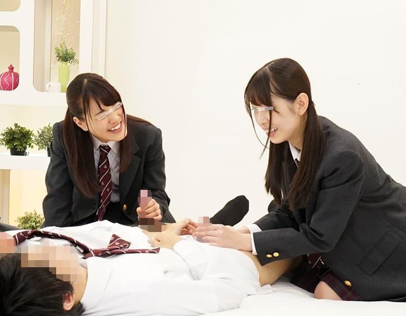 【手コキエロ画像】使うのは片手だけじゃない!口とかも一緒に使うハンドジョブ(;・∀・)