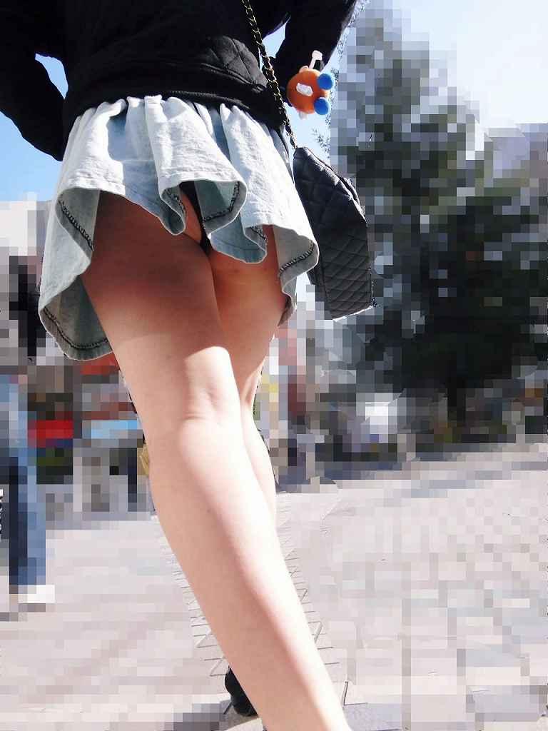 【パンチラエロ画像】斜め下から見ろと言ってるような…ローアングルでミニスカ攻略!(;゚Д゚)