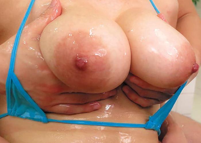 ローション浴びたムッチリ女体のエロ画像