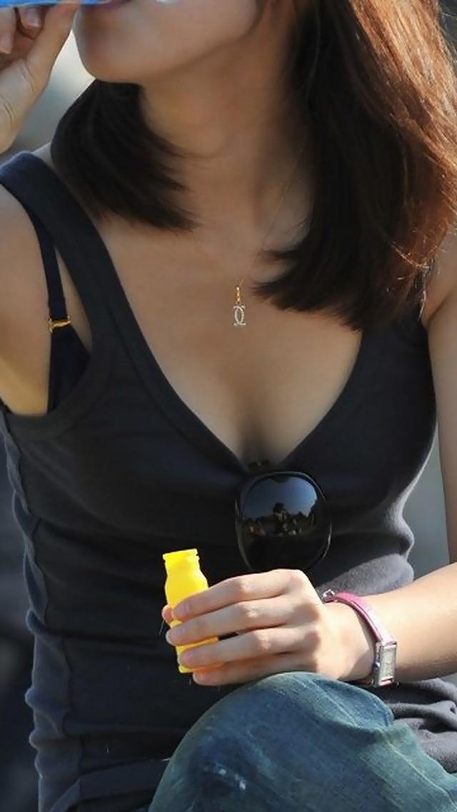 【胸チラエロ画像】視線奪われ過ぎて困っちゃう…たわわな胸元チラ見え姿特集!(;´∀`)