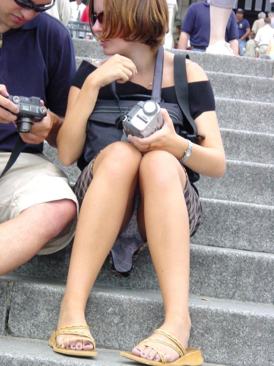 【パンチラエロ画像】ミニの中身はほぼオープンな海外のパンチラ事情(;^ω^)