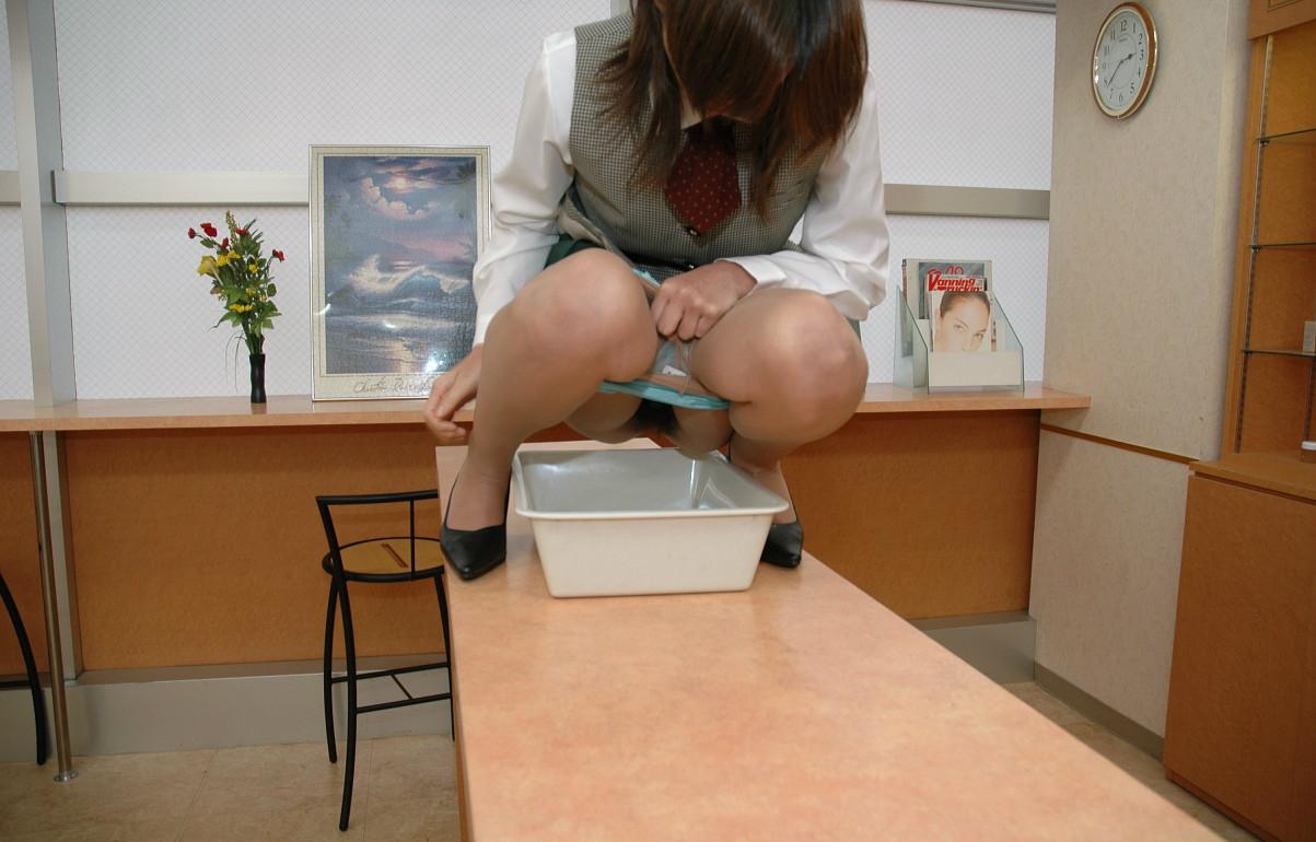 【放尿エロ画像】おしっこしている姿を見せてしまった見知らぬ変態淑女たち!(;゚Д゚)