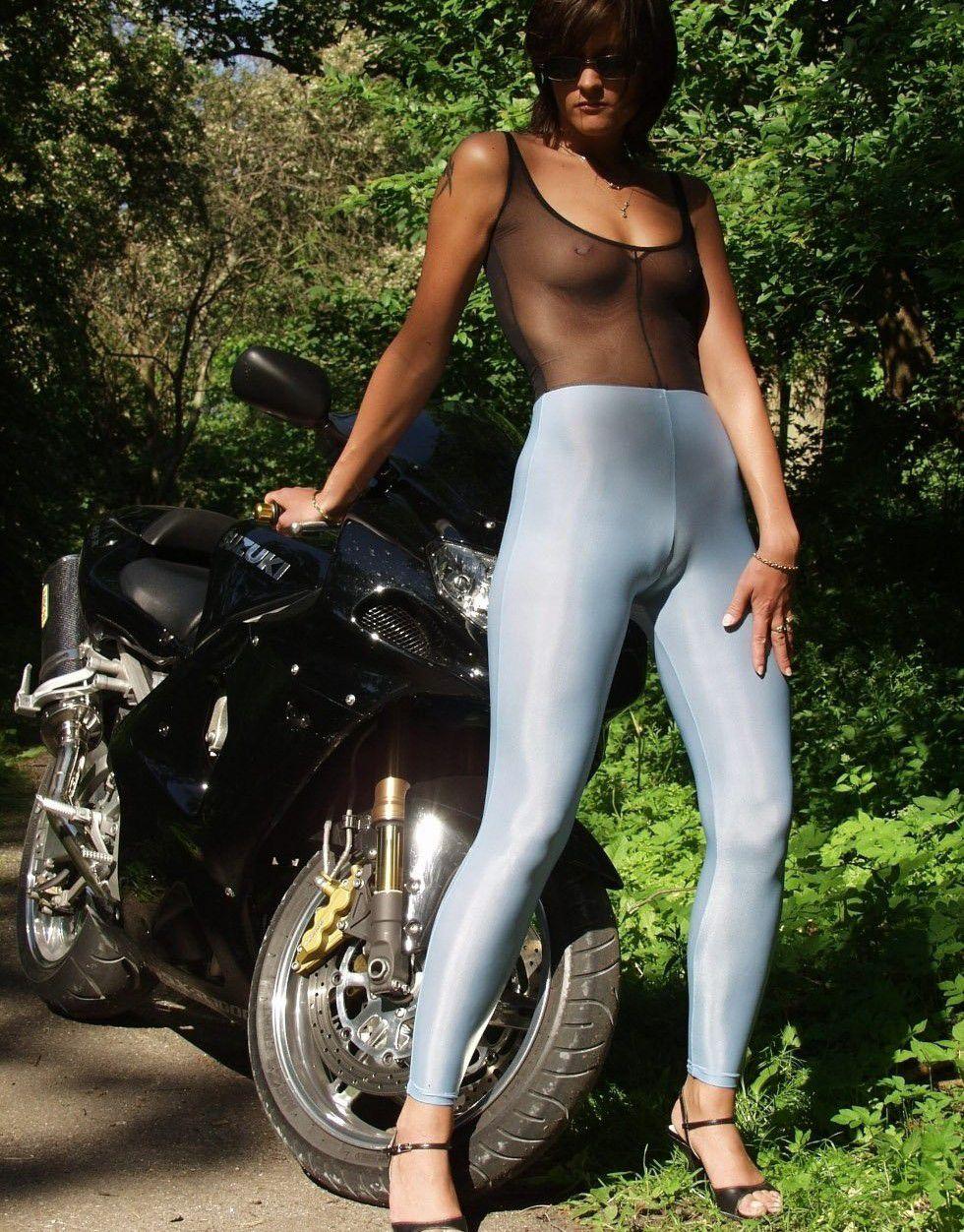 【マンスジエロ画像】良い肉感の海外女性たちの意味ありげに浮かんだ股間の縦線!(;゚Д゚)
