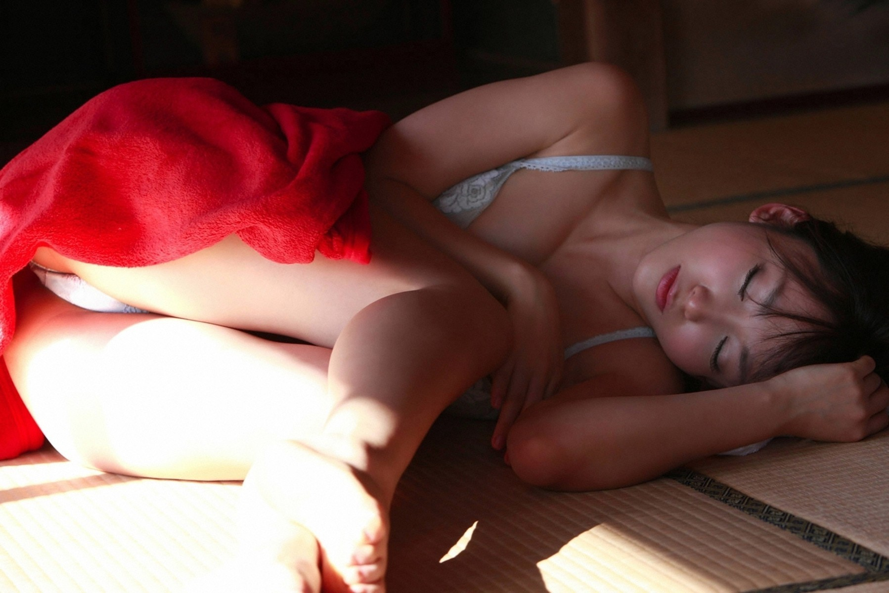 【寝姿エロ画像】ぐっすりと夢の世界に入った女子たちのイタズラしたくなる尻(;^ω^)