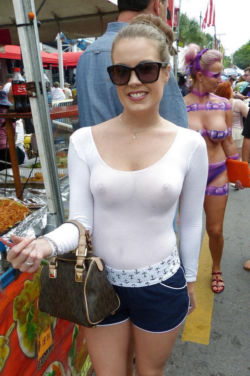 【ノーブラエロ画像】普段着で堂々とポッチリ!透けている事もあるノーブラ海外女性たち(;゚Д゚)