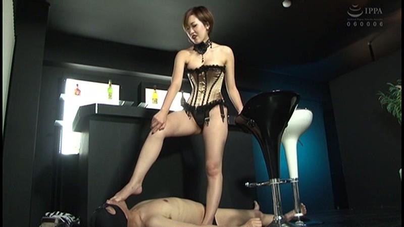 【SMエロ画像】M男への躾けとご褒美を与えるのにお忙しい女王様たち(;゚Д゚)