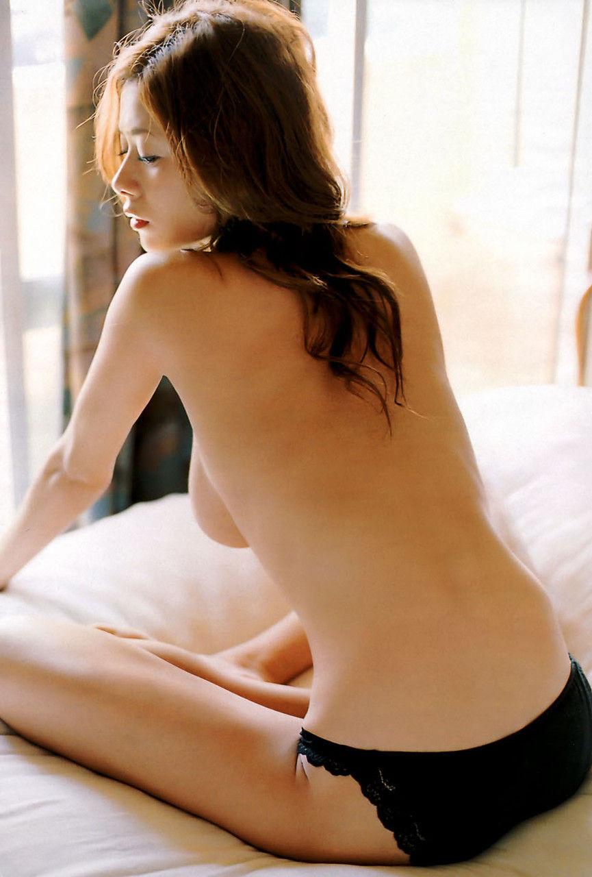 【背中エロ画像】未知なる性感帯が隠されているかもしれない女の背中!(;^ω^)
