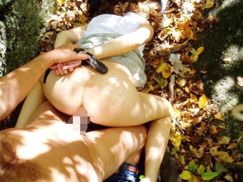 【青姦エロ画像】青空の下で性器繋げてやらかしまくる海外青姦カップル!(;^ω^)