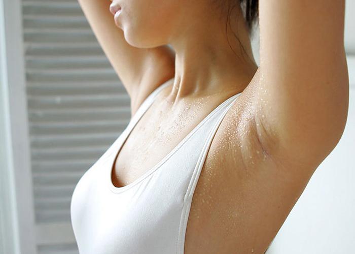 【腋フェチエロ画像】汗も帯びれば味が変わる…舐めておきたい女の生腋(;・∀・)