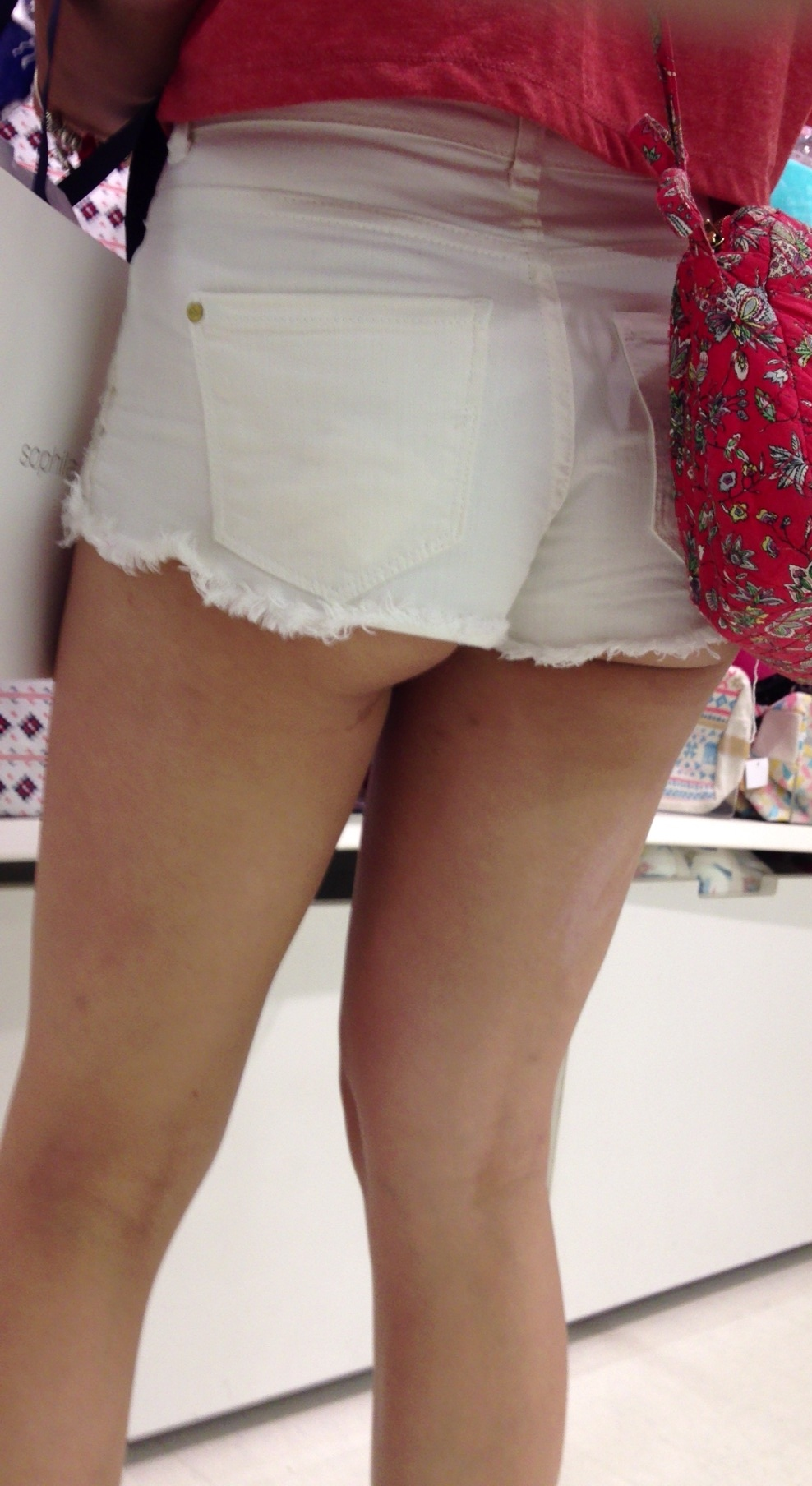 【着尻エロ画像】街角を行くホットパンツ女子たちのたわわなハミ尻!(;゚Д゚)