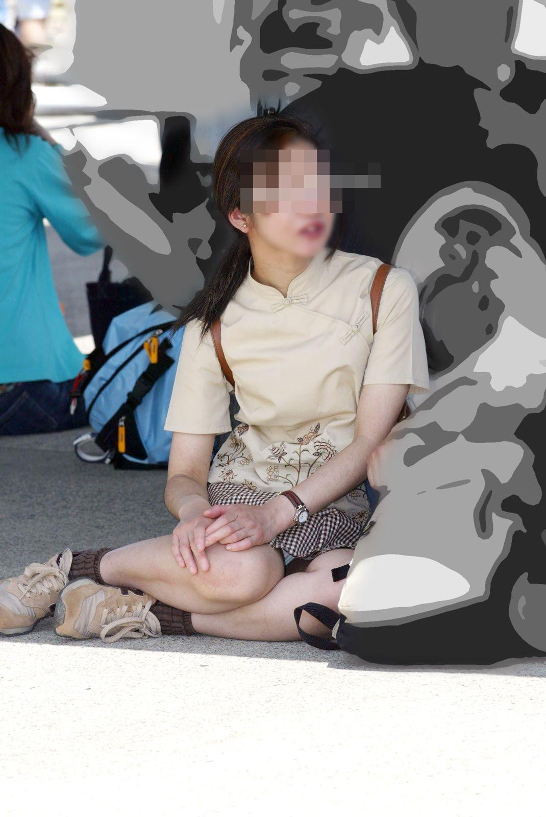 【パンチラエロ画像】何度も前を行き来してるのバレないように座りパンチラ観察(;^ω^)