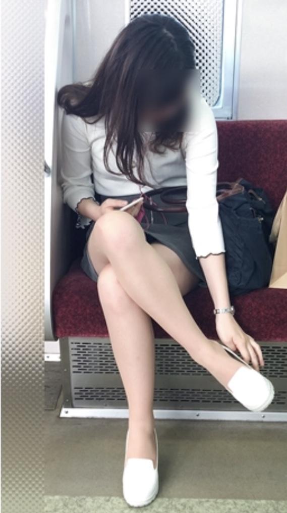 【美脚エロ画像】降りるまで心に癒しを与えてくれる電車内のムチムチ美脚!(;^ω^)