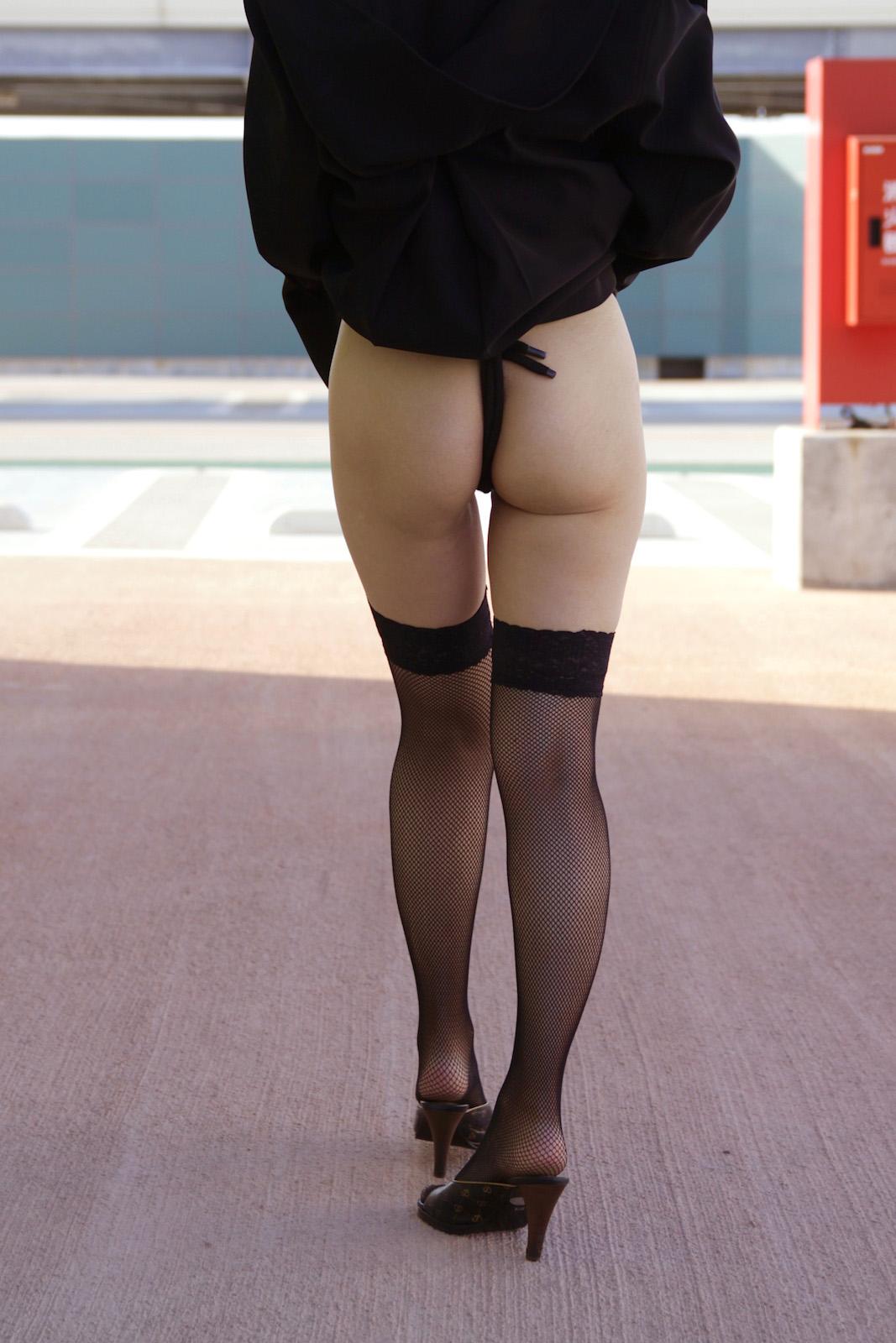 【露出エロ画像】暑いから脱ぎ甲斐があるとばかりに露出に全てを賭ける淑女たち(;・∀・)