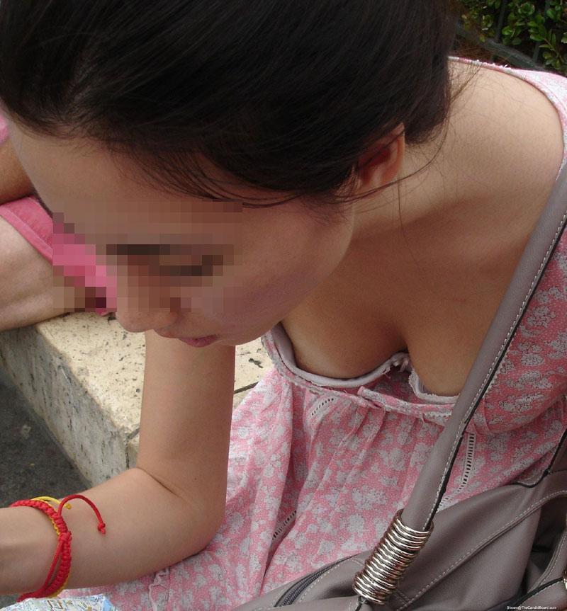 【胸チラエロ画像】もっと奥まで見えて欲しい!願われた街角胸チラ素人たち(;゚Д゚)