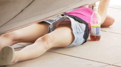 【パンチラエロ画像】眠っていれば良し!広場で寝転ぶ異国素人の丸見え姿(;・∀・)