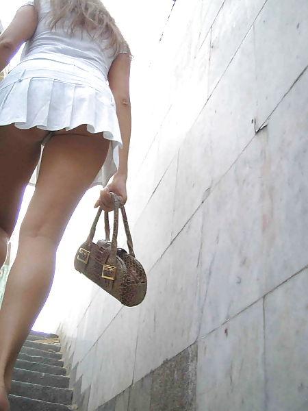 【パンチラエロ画像】定番ローアングル!ミニは斜め下から見上げるのが一番!(;^ω^)