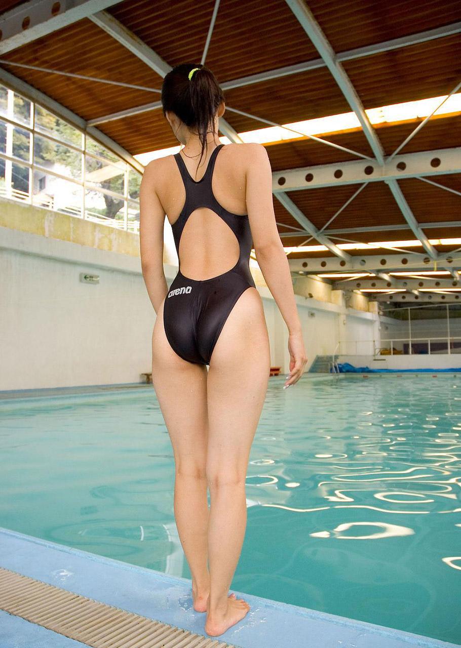 【競泳水着エロ画像】どうしようもなく食い込みハミ出す競泳水着尻(;゚Д゚)