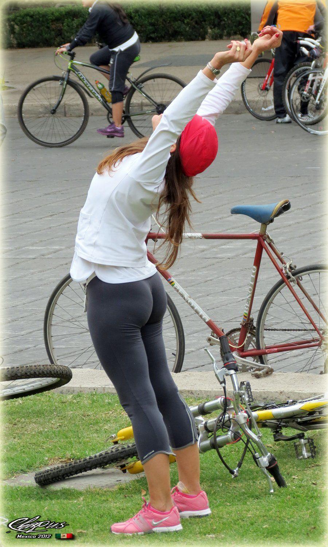 【着尻エロ画像】すごく窮屈そうに見える街角のムチムチ尻を追跡!(;・∀・)