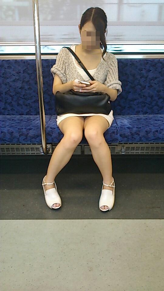 【パンチラエロ画像】遭遇時は降車まで見続けていたい電車内のパンチラ!