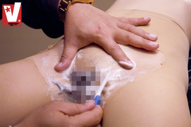 【剃毛エロ画像】パイパンにすべく陰毛の全てを処理される淑女たち!