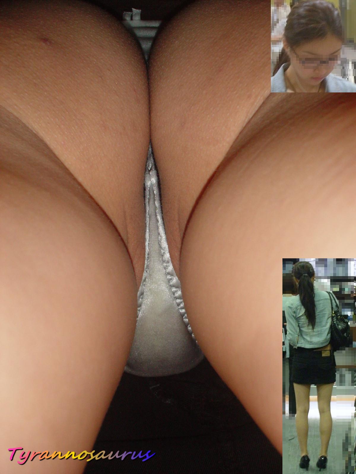 【パンチラエロ画像】真下が隙だらけ!汗で蒸れるミニスカ内部を逆さ撮り