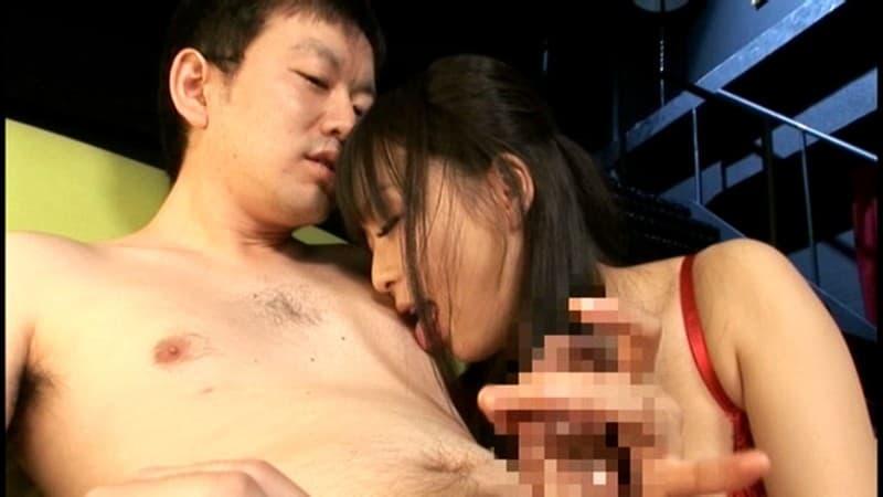 【男責めエロ画像】手コキと一緒にするのがベストな女から乳首への舌責め!