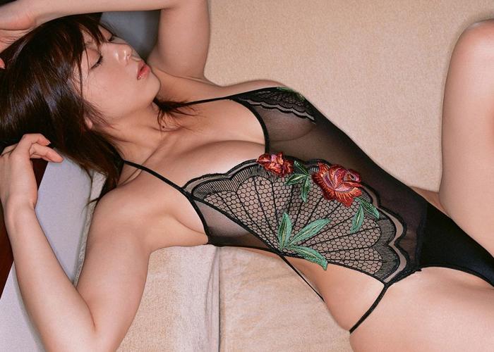 【腋フェチエロ画像】夏場はしょっぱい味にも期待が持てる美女の生腋!