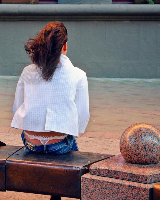 【パンチラエロ画像】まだ廃れ切ってない!?街角ローライズ女子のハミパン観察