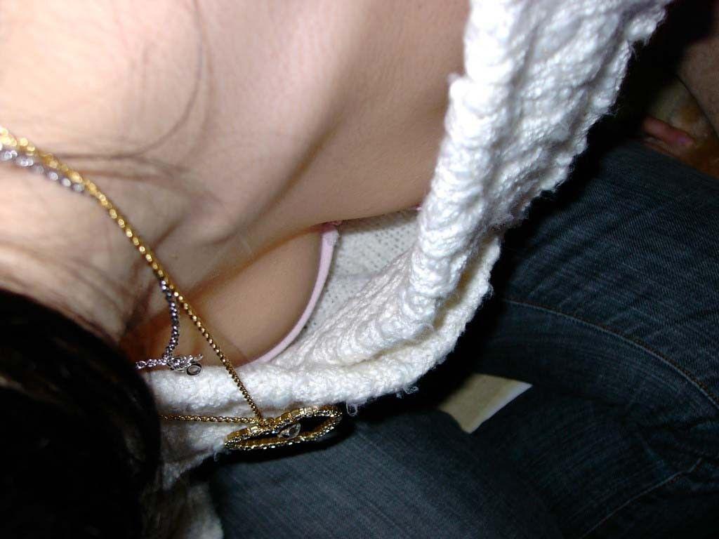 【胸チラエロ画像】ここまで見えたのは予想外w膨らみどころか乳頭もチラ見えた人々!
